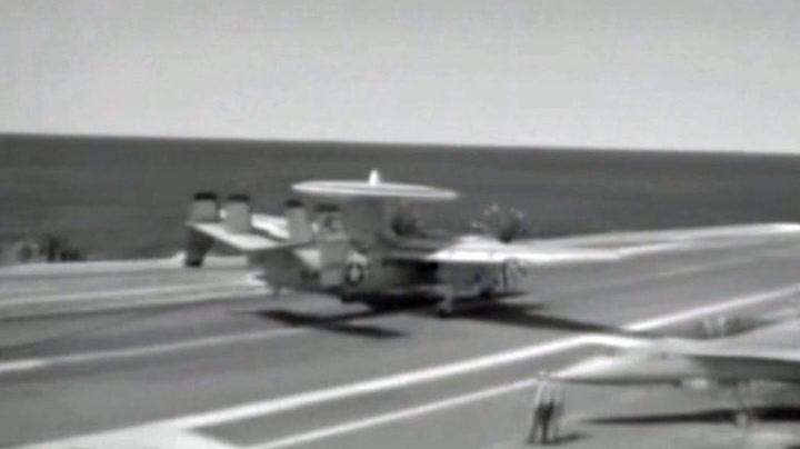 Flyet lander på skip - så ryker vaieren