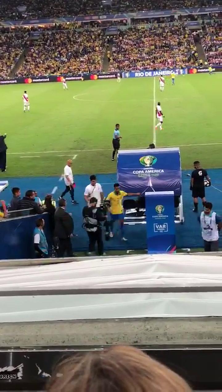 Gabriel Jesús se marcha enfurecido tras ser expulsado en la final de la Copa América