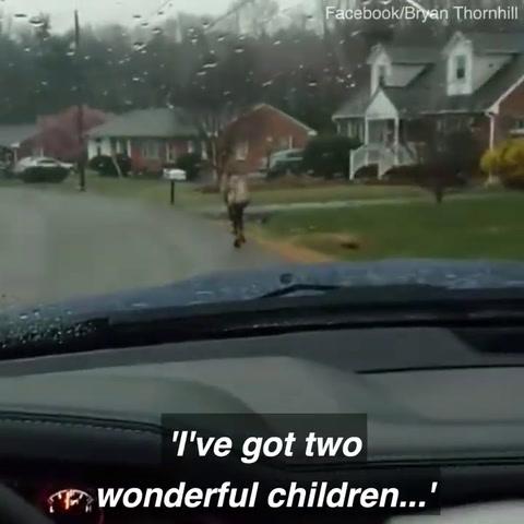Castigó públicamente a su hijo por hacer bullying y le llovieron críticas