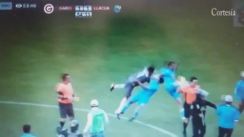 Tras quedar eliminados, jugadores y aficionados golpean a árbitro en Perú