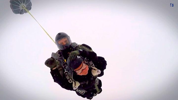 Krigshelten Erling (93) hopper i fallskjerm for første gang siden 1943