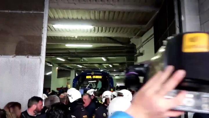 Recibimiento del autocar del Oviedo en el Molinón