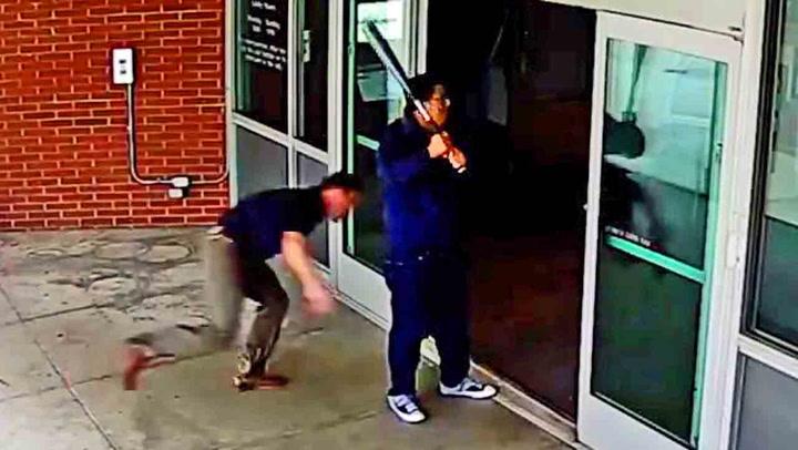 Mann ypper seg med balltre - blir grisetaklet av politiet