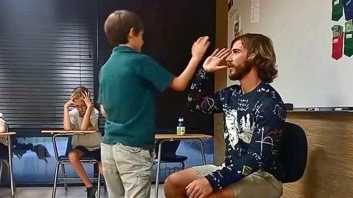 Han starter hver skoledag med å rose elevene