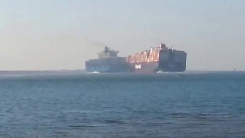 Impactante colisión de buques en el canal de Suez