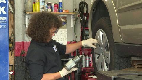 En un taller mecánico de Filadelfia, las mujeres están al mando
