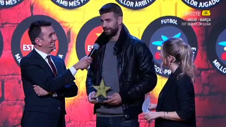 Piqué recoge el premio al mejor futbolista catalán