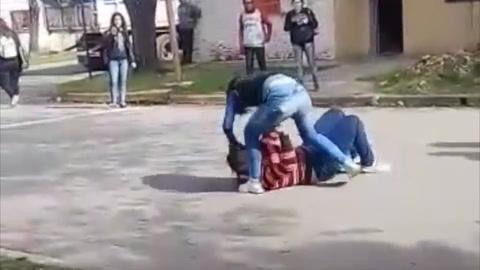 Conmoción por la feroz pelea entre dos chicas a la salida de una escuela secundaria
