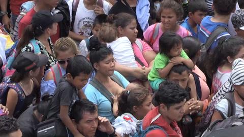 Caravana migrante en tensa espera en frontera con México