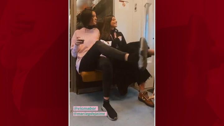 Victoria Federica y María García de Jaime protagonizan un simpático baile en el pasillo del  tren