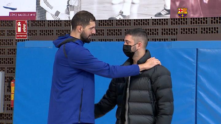 Niko Mirotic recibe a Juan Carlos Navarro en el entrenamiento