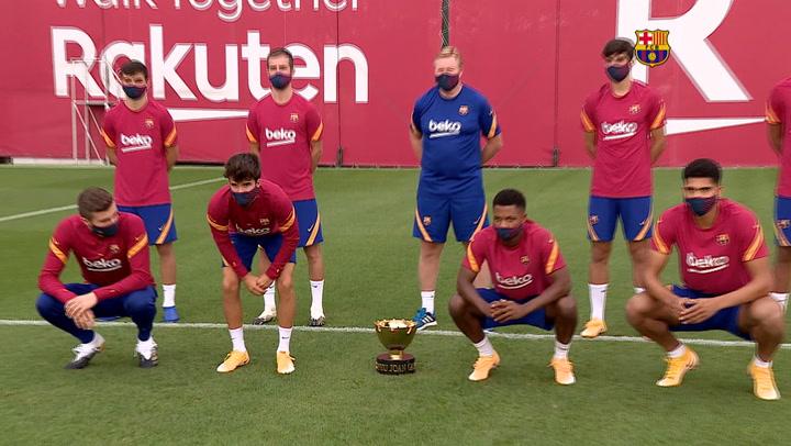 Los jugadores del Barça posan con el Trofeu Joan Gamper