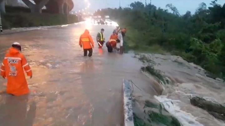 โคราชน้ำท่วมมิตรภาพ ระวังลุ่มน้ำลำพระเพลิง อ่างลำเชียงไกรล้นเร่งระบาย