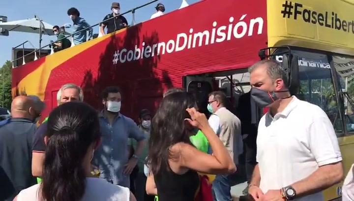Javier Ortega Smith y Rocio Monasterio de VOX durante la protesta en Madrid