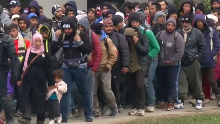 Ruim 13.000 vluchtelingen passeren grensdorp Slovenië