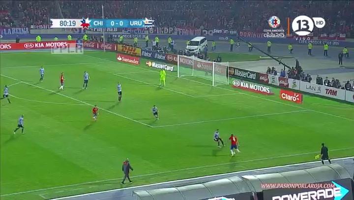 Mauricio Isla marcando para la selección chilena