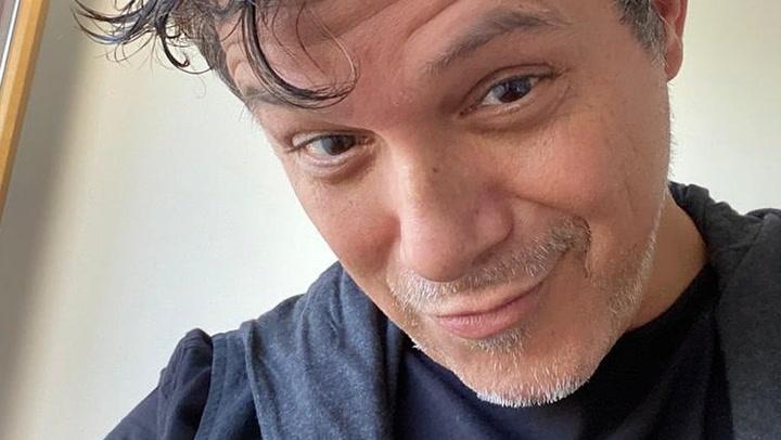 La foto de Alejandro Sanz que ha dejado a todo el mundo boquiabierto, ¡Con chanclas, calcetines y pantalón corto!