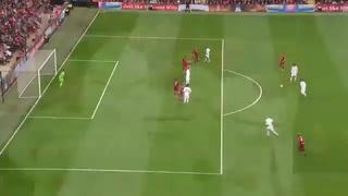 Golazo de Pirlo al Liverpool en partido de leyendas