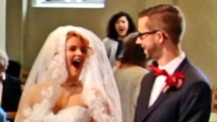 Her innser bruden hva moren har gjort
