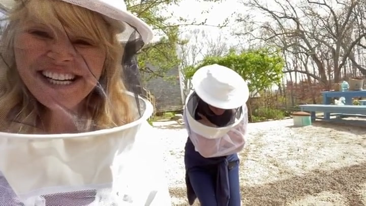 Christie Brinkley manages to make a beekeeper\'s uniform look fashionable
