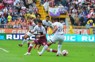 Roger Rojas, molesto con el árbitraje en el clásico ante Saprissa