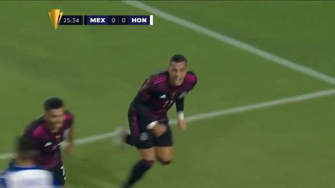 Rogelio Funes Mori de cabeza puso el 1-0 para México