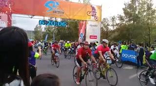 Momento cuando salió el grupo Élite en Vuelta Ciclística