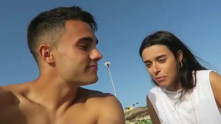 Menudo troleo de Reguilón a su novia, Marta Díaz, en la playa