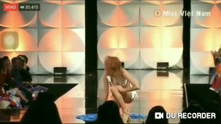 Aparatosas caídas durante el desfile en trajes de baño de Miss Universo