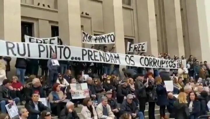 Alrededor de cien personas se manifestaron frente al Tribunal de Apelaciones de Oporto en solidaridad con el pirata informático portugués Rui Pinto