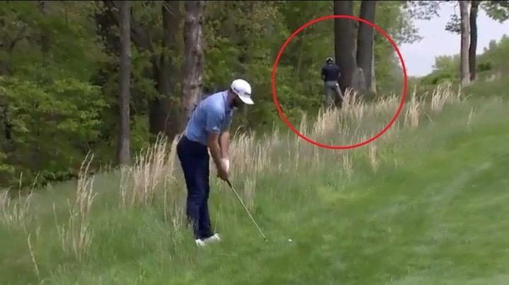 Jon Rahm pillado orinando durante el PGA