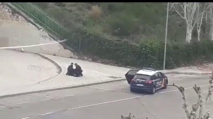 Sale a correr y es detenida por la policía ante los reproches de sus vecinos