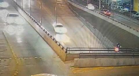 Motociclista muere al impactar contra un taxi en la capital