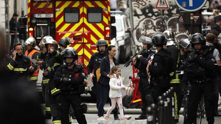 Tre personer tatt som gisler i Paris