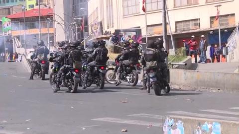 Disuelven masiva marcha en La Paz en medio de discusión de elecciones en Bolivia