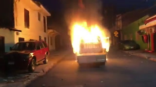 Aficionados le prenden fuego a vehículo en las cercanías del Nacional
