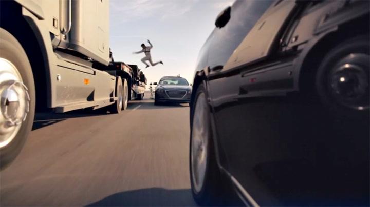 Sjåfører hopper ut  av biler i fart