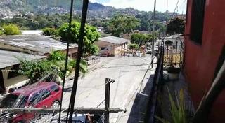 Poste del tendido eléctrico cae sobre vehículos en El Chile