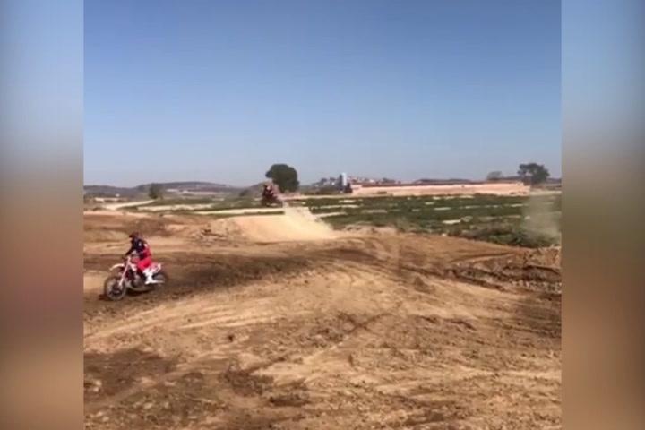 Espectacular salto de Marc Márquez en motocross