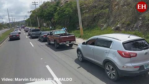 Capitalinos hacen enorme fila para ser vacunados contra el covid en Campo Parada Marte