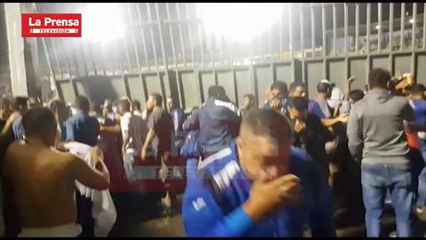 Aficionados del Olimpia y Motagua derribaron portones del estadio Nacional