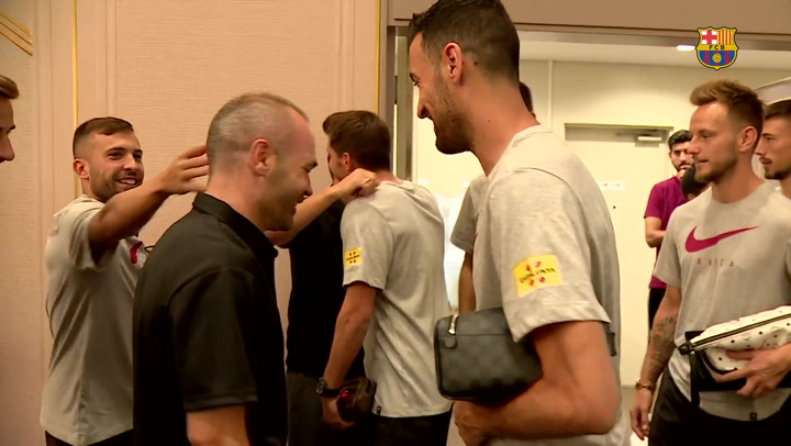 Emotivo reencuentro de la plantilla del Barça con Iniesta