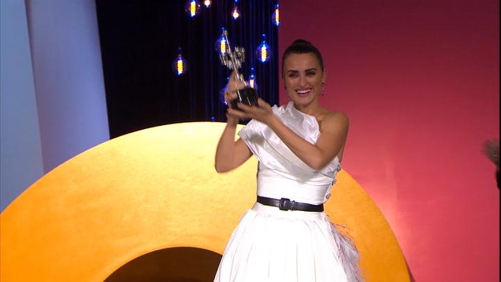 Así fue la emotiva sorpresa de Penélope Cruz antes de recoger el premio Donostia, en vídeo