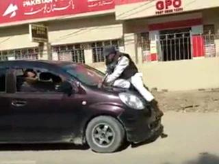 کراچی میں شہری نے روکے جانے پرگاڑی ٹریفک پولیس اہلکارپرچڑھادی، ویڈیو وائرل
