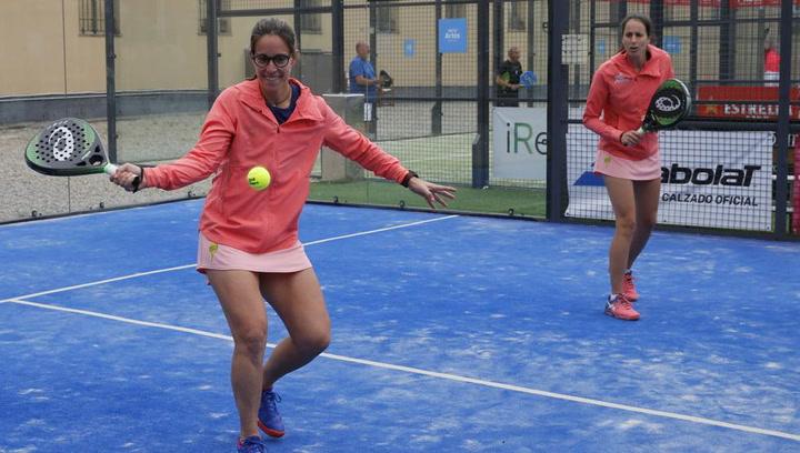 La jugadora de padel Lucía Sainz hace ejercicios en casa