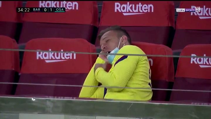 Elocuente bostezo de Arthur como suplente durante el Barça-Osasuna