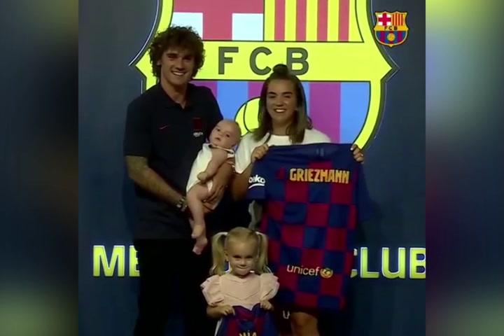 Griezmann, muy feliz, rodeado de su familia