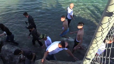 Llegan al enclave español de Ceuta un récord de 5.000 migrantes en un día