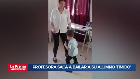 Profesora saca a bailar a su alumno