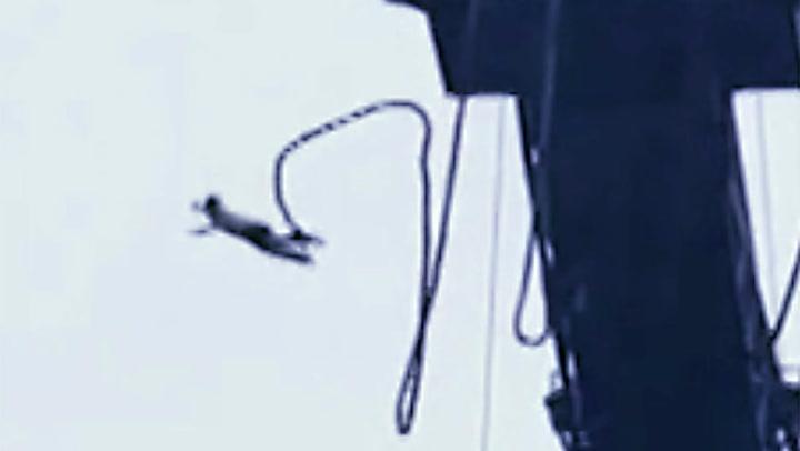 Hun hopper fra 50 meter - så løsner strikken